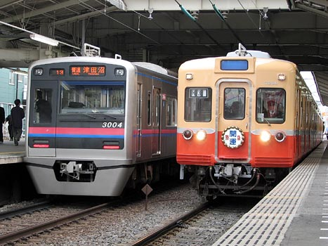 Img_1844 最新型通勤車3000形と並ぶ